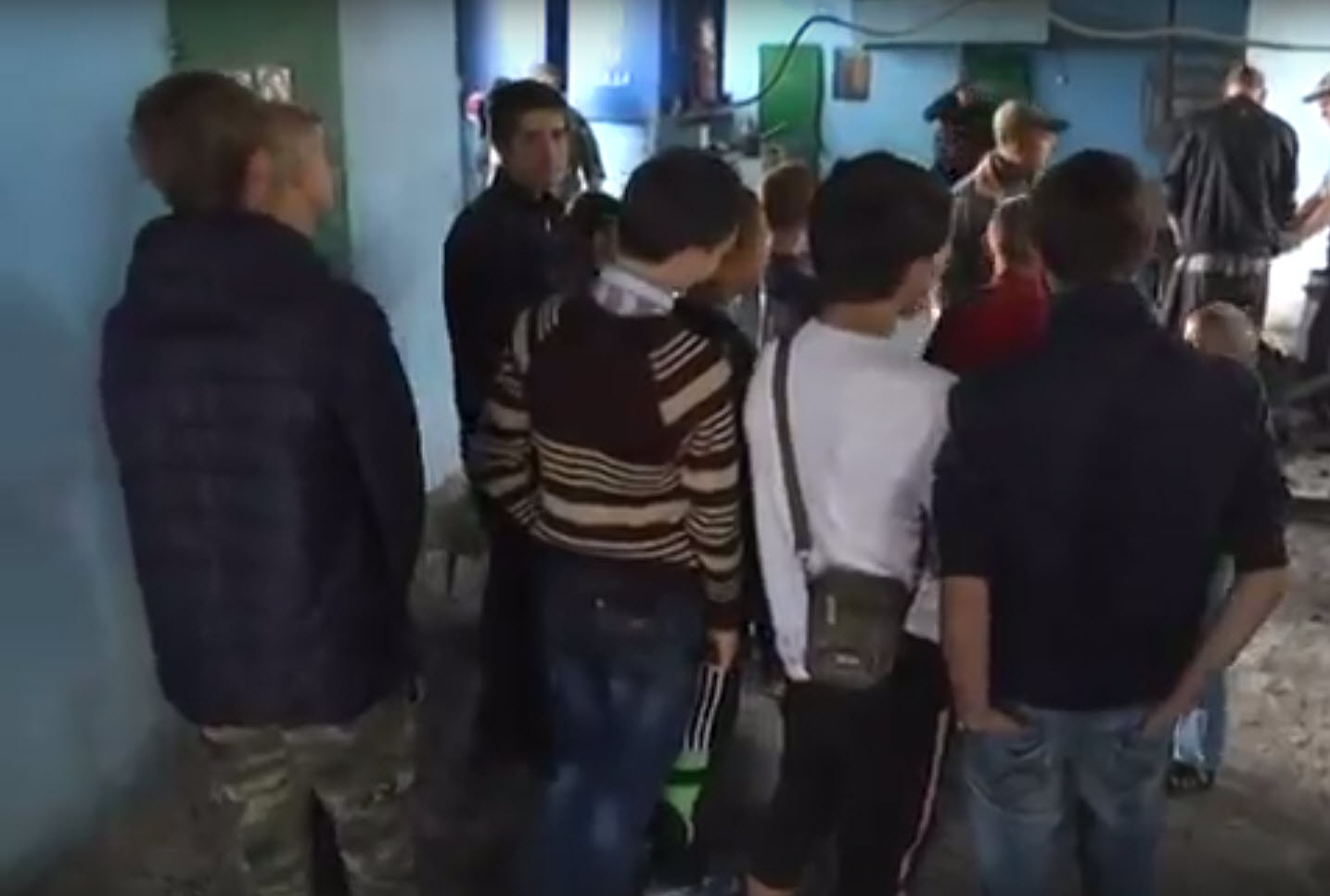Школьники осматривают колонию, на заднем плане работают заключенные. Скриншот новостей телеканала «Луганск 24» от 9 июня 2016 года (источник)