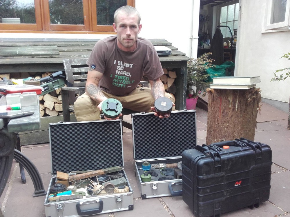 Фотография со страницы Криса «Свомпи» Гаррета на Фейсбуке, на которой изображено оборудование, имеющее отношение к саперному делу (источник).