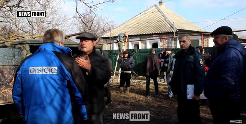 Скриншот видео News-Front «[+21] Страшные последствия обстрела Брянки в ЛНР артиллерией украинских карателей» (источник)