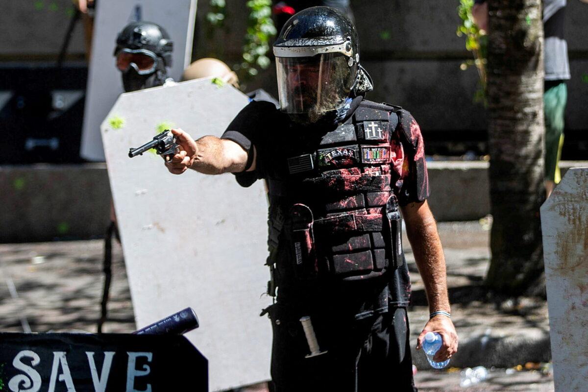 Кадры с потерянной камеры: ультраправый активист Алан Суинни готовится к насилию в Портленде